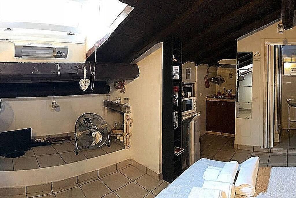 Romantico monolocale mansardato con camino nel cuore di Trastevere Alloggio privato locato per fini turistici   Tiny house in the center of Rome