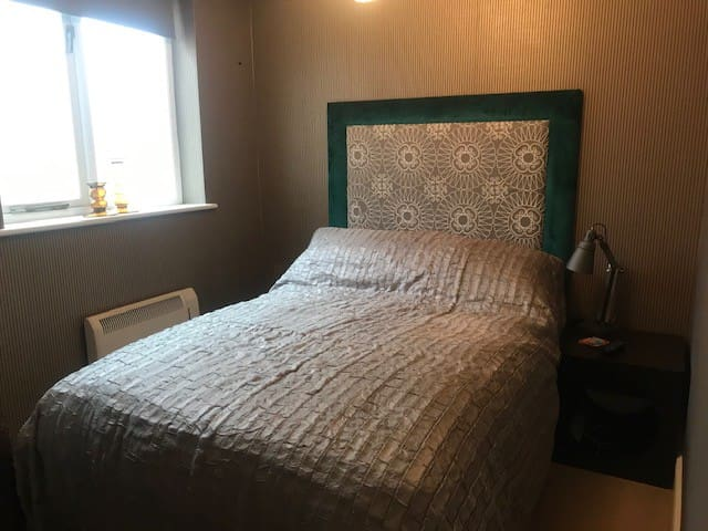 Double room with bathroom in centre of Warwick.
