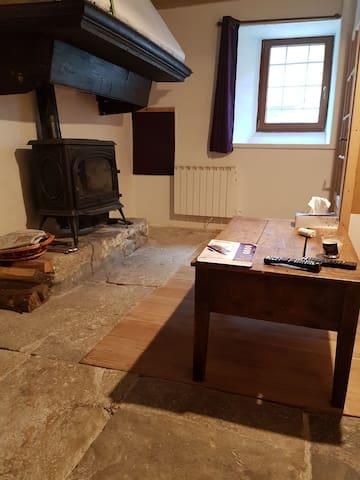 Salon avec TV, décodeur et live box. Canapé lit.