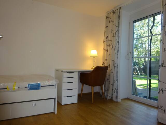 Zimmer mit direktem Zugang zum Garten