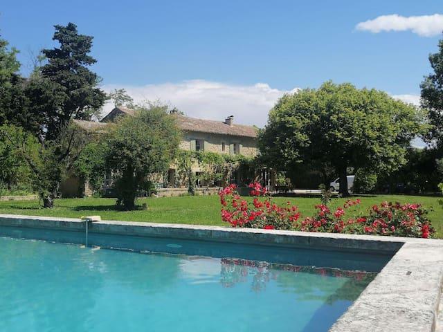 Mas provençal au calme, parc arboré avec piscine.