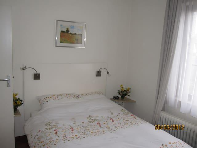 Kamer 2 in rustig gelegen villa  - Bunde - ที่พักพร้อมอาหารเช้า