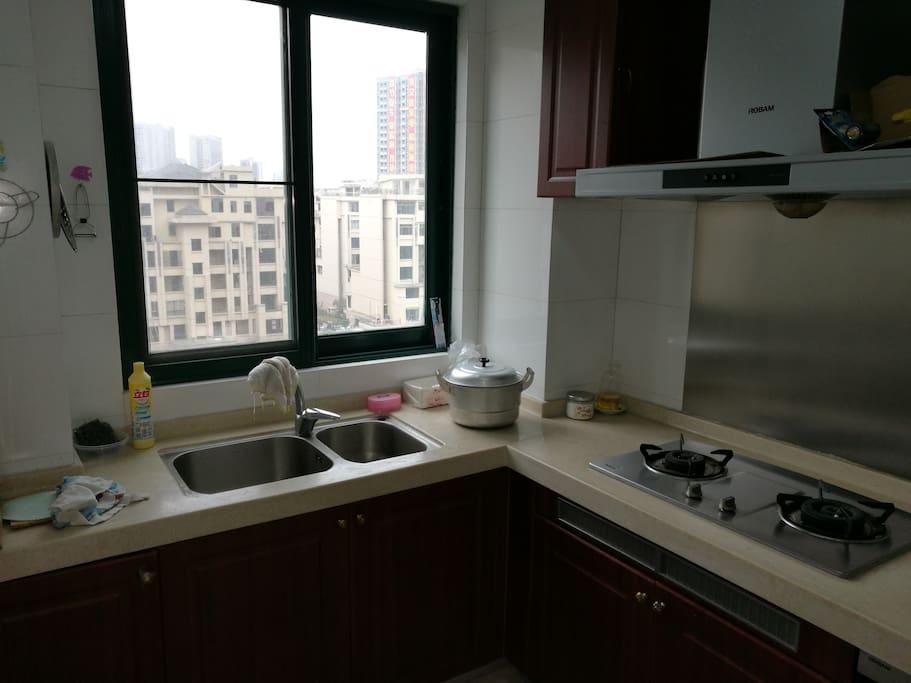 厨房面积约10平米,带全套餐具和冰箱