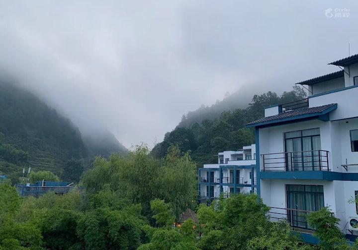 美丽的布依山寨依山傍水,蓝天白云田野风光舒适休闲豪华公寓双人房!等着你!A305