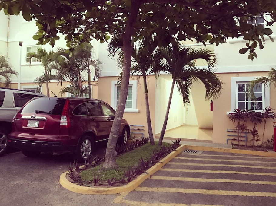 Entrada y estacionamiento
