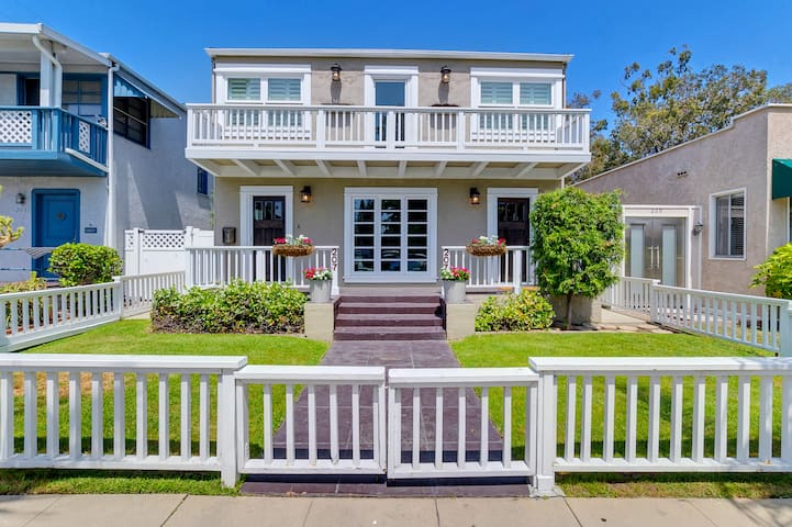 Stunning 5 BR Long Beach Getaway with Rooftop Deck