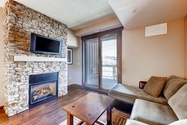 Beautiful studio w/private balcony & shared pool, hot tubs, fitness & game room!