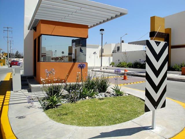 Home in Tijuana,Otay 5 min.To Airport, Border mall