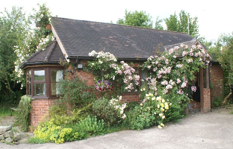 Detached, converted cowshed in Shropshire Hills - Minsterley - Hus