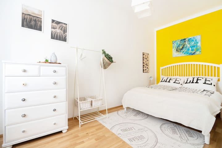 Amovia's Sunny Apartment at U6 Thaliastraße