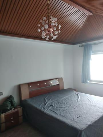 这个是主卧室,里面有一台电视和一台空调