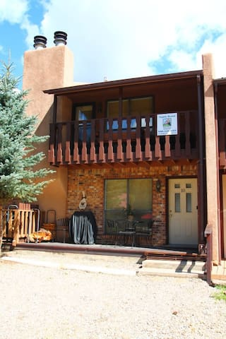 Grandview Townhouse #10 - In Town, King Bed, WiFi, Satellite TV, Washer/Dryer - Red River - Hus