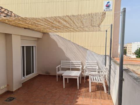 Se alquila luminoso ático dúplex 3 dormitorios, 2 baños y terraza 20 metros. Ideal para disfrutar unos días cerca de la playa de Puzol, Sagunto y Valencia. Se puede hacer excursiones al castillo medieval Sagunto, Oceanogràfic y Bioparc en Valencia.
