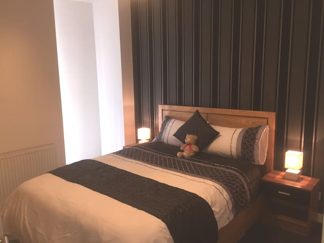 Beautifull double room with en-suite bathroom, built in wardrobe space and very comfy king size bed