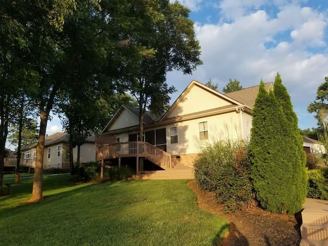 3br/2ba house 30 min to greenville. Eclipse. Pool!