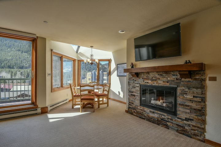 Lakeside 1492- Over looks lake, Near dining, Short shuttle ride to lifts, Access to pool & hot tub