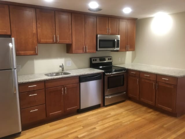 Renovated 2 Bed near Longwood - Easy T Access