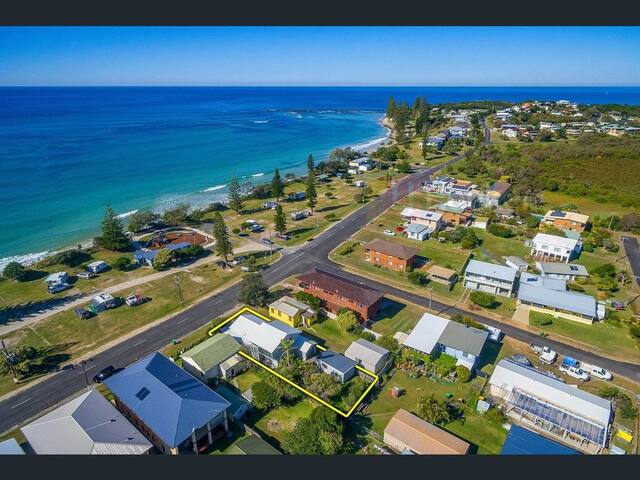 Without a doubt, the best location in Broomshead ! Just across the road from the beach. A short walk one direction to the general store and the other direction to the bowling club.