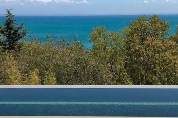 Super studio vue mer, jardin privé, accès piscine
