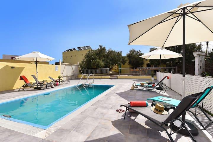 Authentisches Ferienhaus, ganz im Erdgeschoss, mit Pool und großer Terrasse