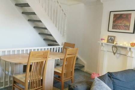 Single room in house in beautiful village Near A1