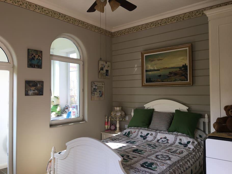 有露台的二楼卧室清新淡雅