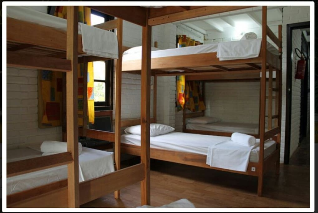 Dormitório compartilhado com beliche extra grande,  com 2 metros de comprimento