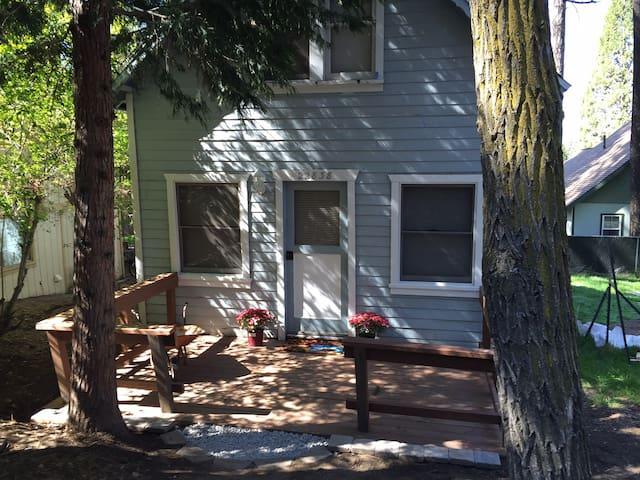 Suzy's Cozy Blue House - Crestline - Huis