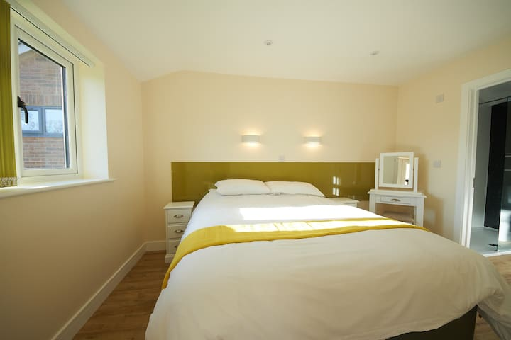 2 En suite bedrooms with the option of king or twin bedrooms.