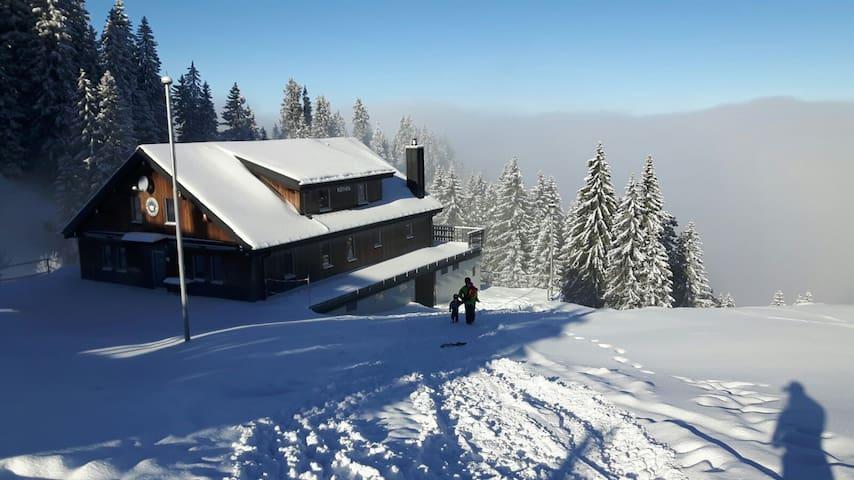 Skihütte neben der Piste auf der Klewenalp