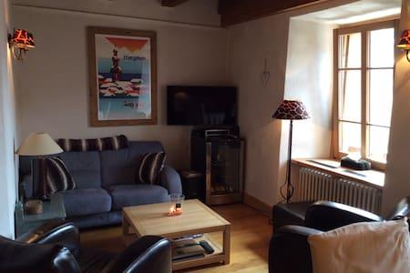 Coquet petit appartement au centre du village - 梅傑夫