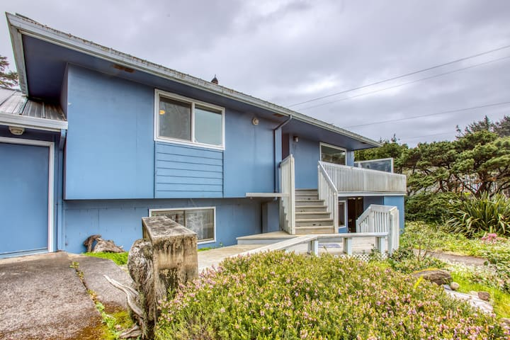 Oceanview home  w/ hot tub - close to town & 4 blocks from the beach!