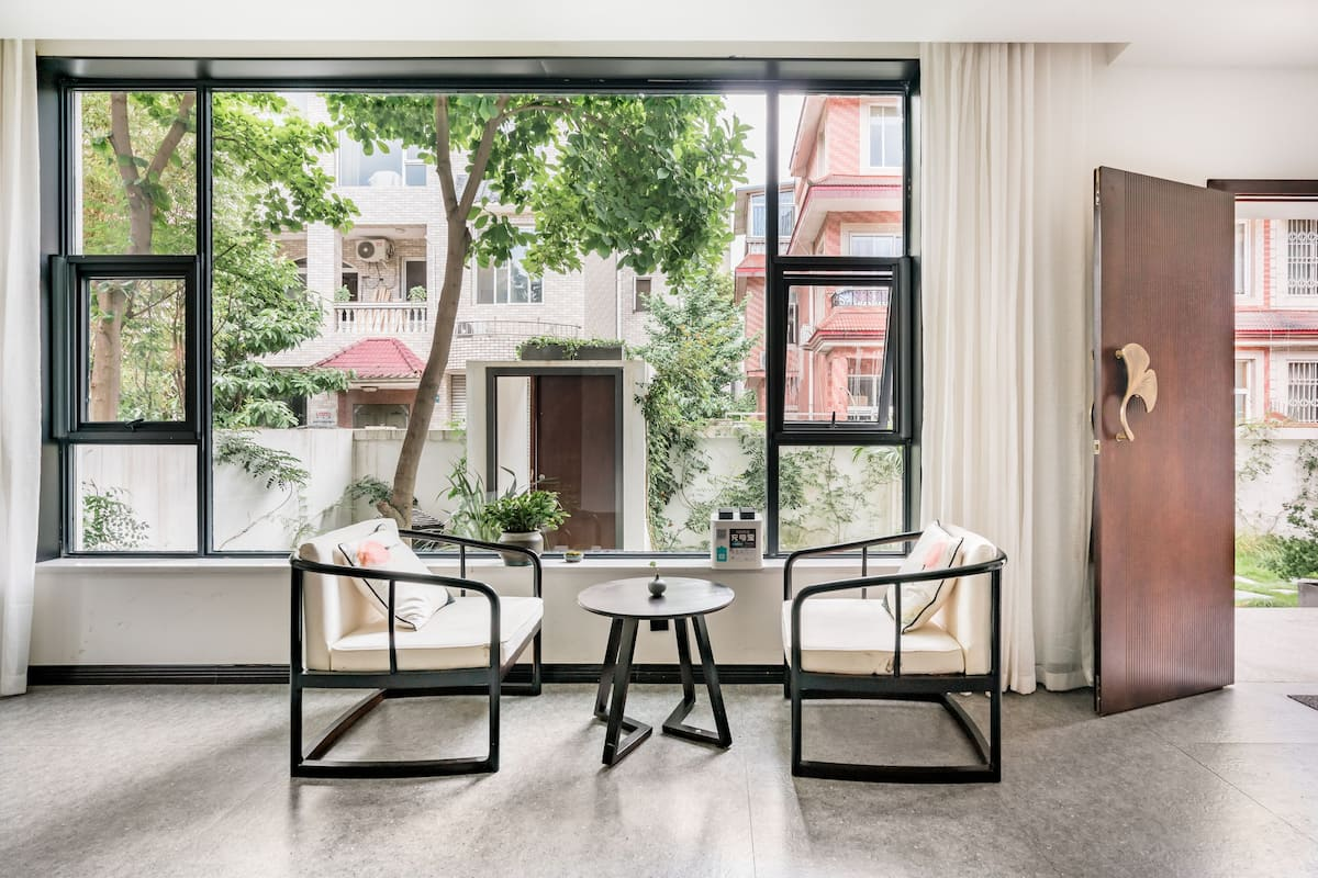 近地铁线带落地窗的新中式风格独栋别墅