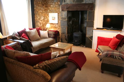 Spacious 4 Bed Cottage, 2 minutes walk to Beach.