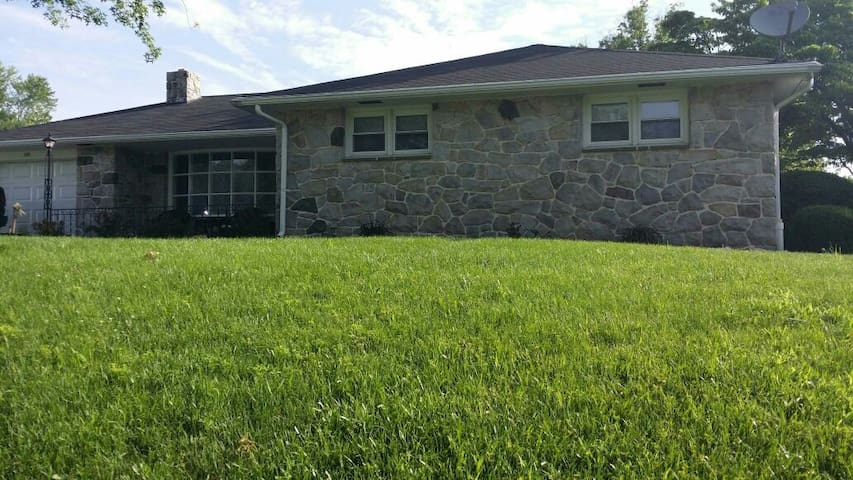 Relaxing rancher CLEAN and QUIET - Pottstown - Rumah