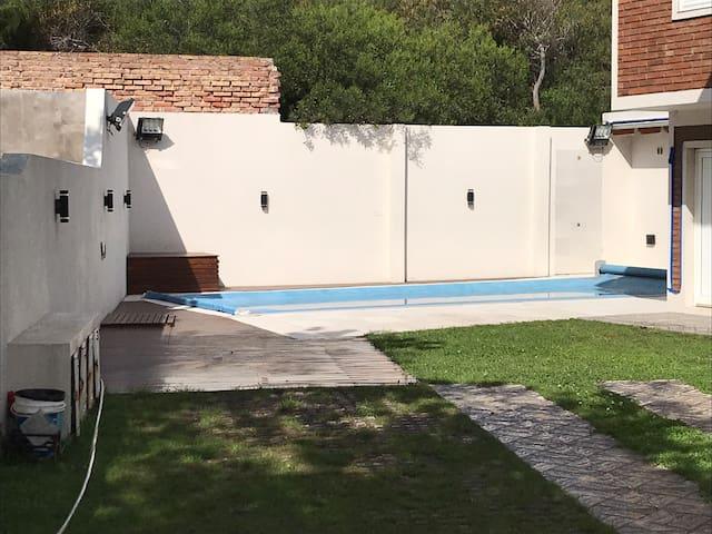 Duplex 2 dorm. 2 baños, piscina. A metros del mar