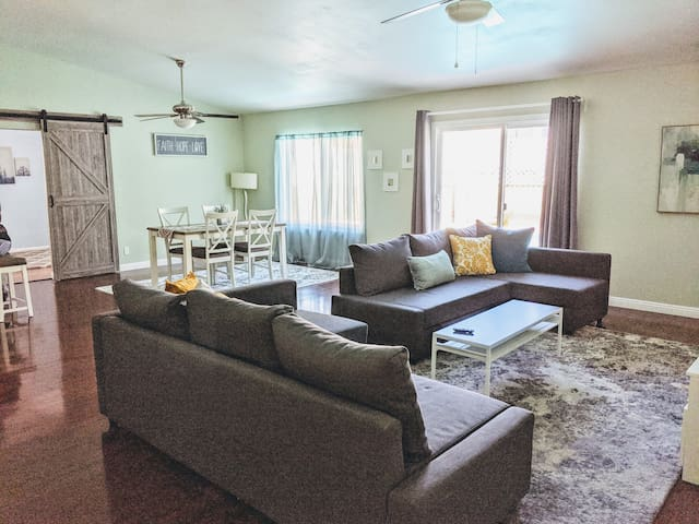 A29 - 4BD Legal Airbnb Home with Pool - sleeps 12