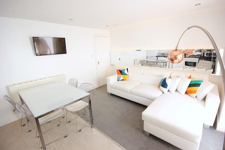 2 Bedroom Flat opposite Clapham North Station