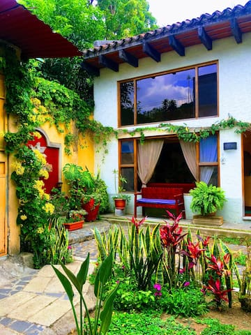 Beautiful loft and garden in the heart of Antigua!