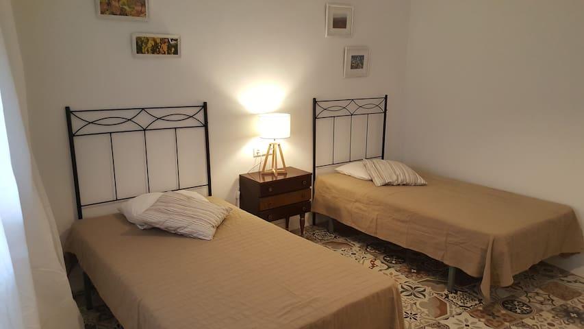 Dormitorio con 2 camas. Medidas de las camas: 90 x 200 cm. La habitación dispone de aire acondicionado (frío y calor)