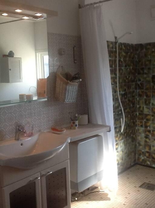 Badeværelse rummeligt med bruser