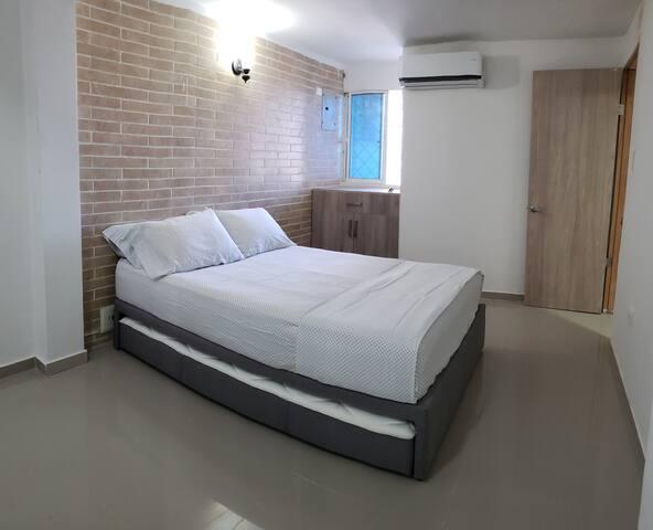 Habitación #3, ubicada en el primer piso (1P-2). Dos Camas dobles, cajonera, AC, ventana a la piscina