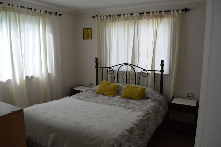 habitacion casa de familia  2  dormitorios baño