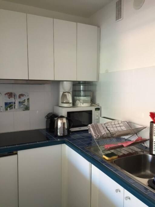 Cuisine équipée: micro-ondes, four, cafetière, lave-vaisselle, etc.