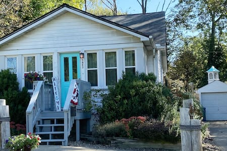 Charming Relaxing Cozy Lake Erie Getaway Cottage
