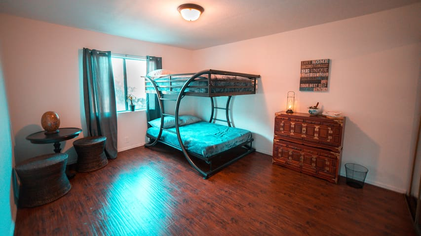 Womens only room-Queen size bed fits 2-good vibes!