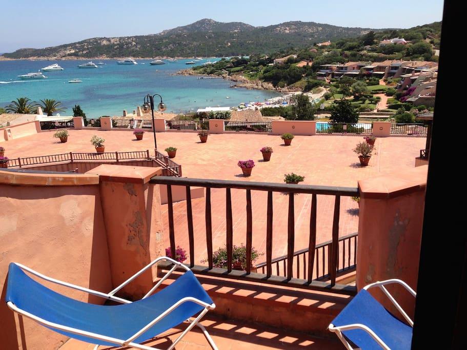 Il terrazzo e la spiaggia del Piccolo Pevero