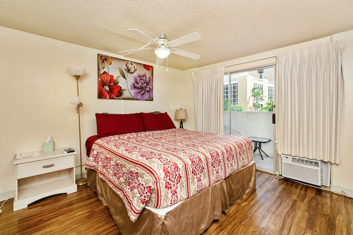 403 Fantastic Studio with KING Bed!  Enjoy life!