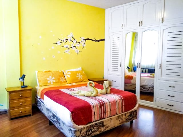 Beautiful Flatshare:  Queen Bed (Room 2 of 3)