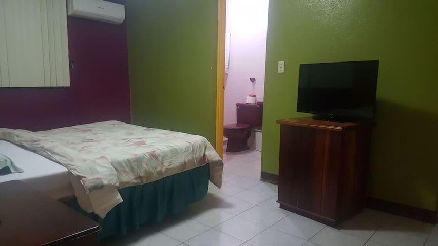 habitación. televisor,cama Queen. baño privado aire acondicionado.